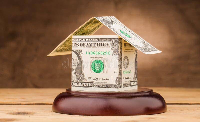 Dolarowy pieniądze dom na młoteczka dźwięka bloku zdjęcie stock