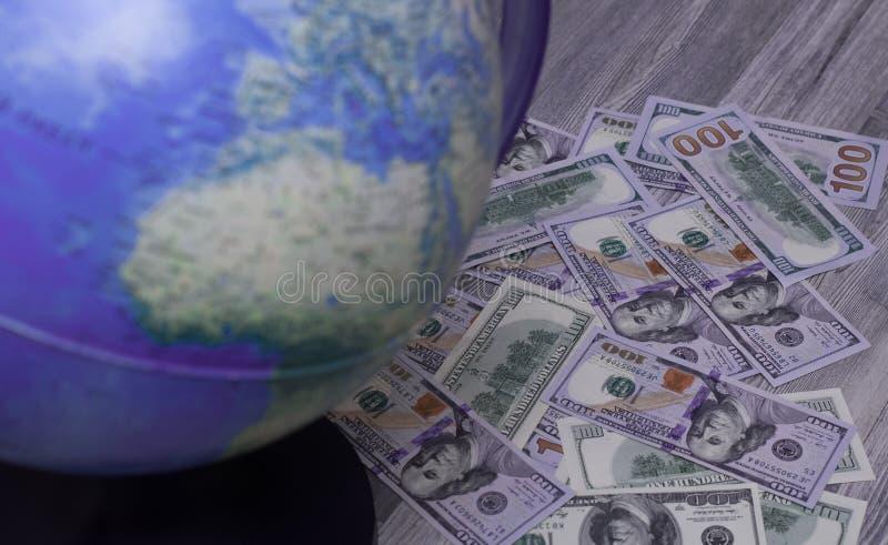 Dolary dag, jordklot och världskarta Förbereda sig för turen Planläggning av ferier, val av destinationen, gyckel arkivfoto