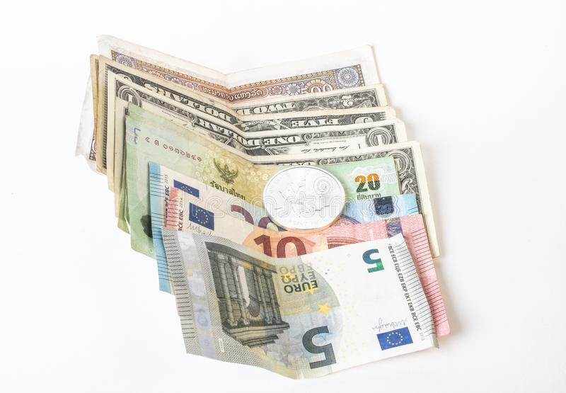 Dolary, euro banknotu zbliżenie na nieociosanym dębowym stole Gotówkowi pieniądze amerykanina dolary obraz royalty free