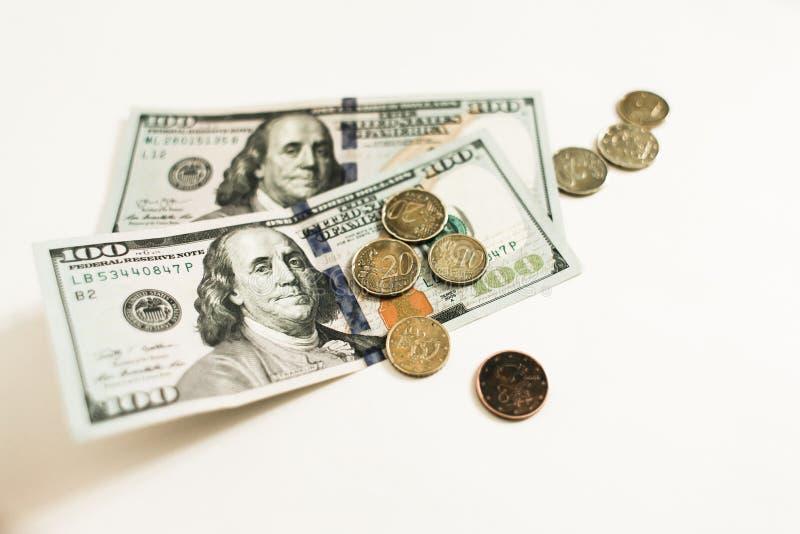 Dolary i centy odizolowywaj?cy na bia?ym tle obraz royalty free