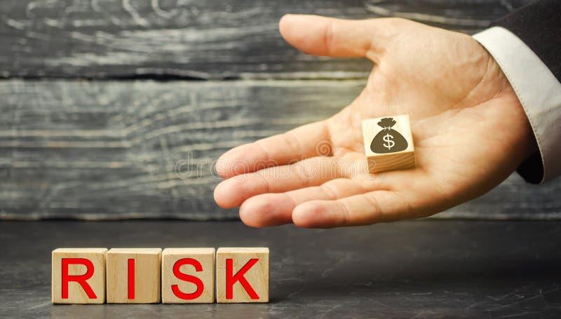 Dolary i wpisowy ryzyko w rękach biznesmen Pojęcie pieniężny ryzyko i inwestować w biznesowym projekcie zdjęcia stock