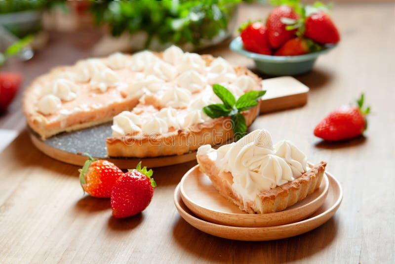 Dolce acido della fragola decorato con panna montata e le bacche fresche Torta del dessert di estate immagine stock