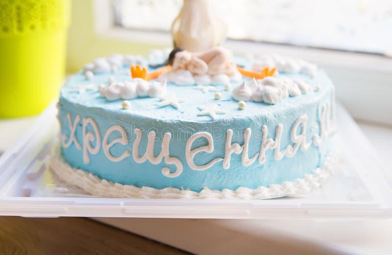 Dolce batezzato blu luminoso con un bambino e un battesimo dell'cicogna-iscrizione immagine stock libera da diritti