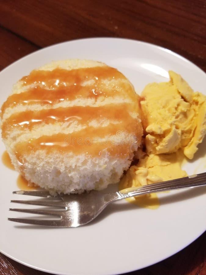 Dolce bianco con il deserto casalingo del gelato del mango immagini stock libere da diritti