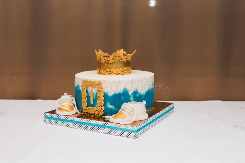 Dolce bianco e blu di compleanno per il ragazzo di 1 anno Torta di compleanno per il ragazzo immagini stock