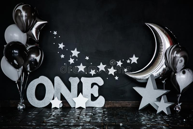 Dolce bianco fracassato di primo compleanno con le stelle ed una candela per il piccoli neonato e decorazioni Priorità bassa nera fotografie stock libere da diritti