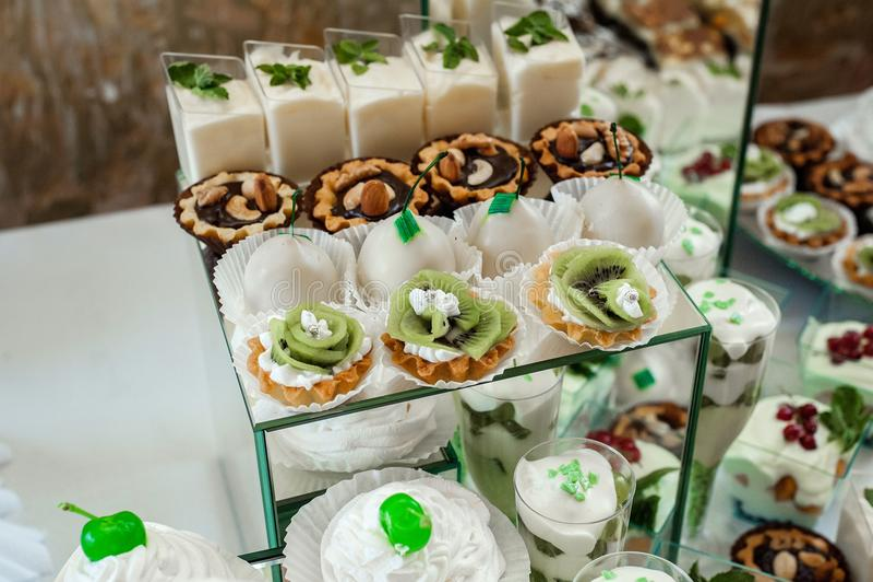 Dolce, caramelle, caramelle gommosa e molle, frutti ed altri dolci sulla tavola del dessert fotografia stock libera da diritti