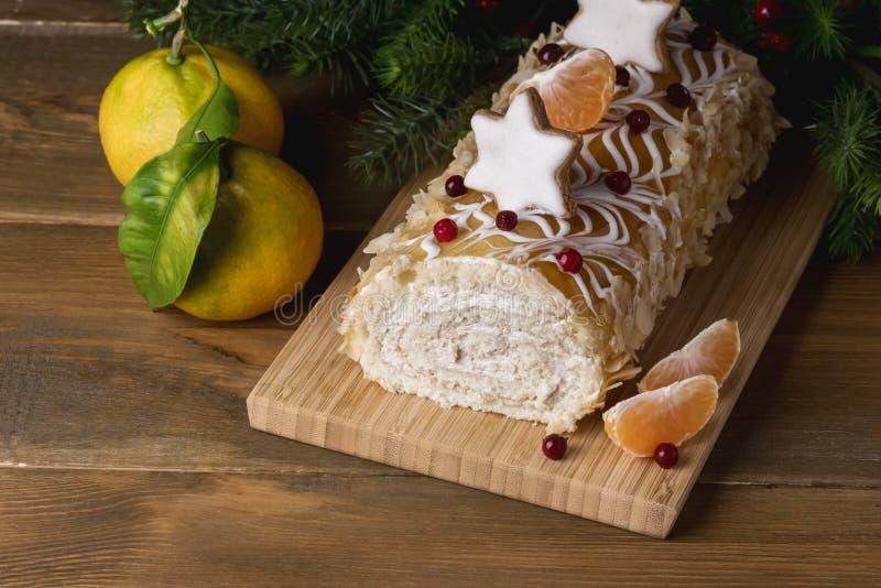 Dolce casalingo saporito di Natale decorato con le bacche agrume ed il menu di legno di feste dell'alimento di Natale del fondo d fotografia stock