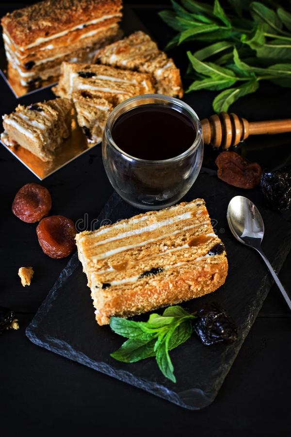 Dolce con crema ed i frutti secchi Il Medovik Dolce e una tazza di caffè espresso fotografia stock libera da diritti