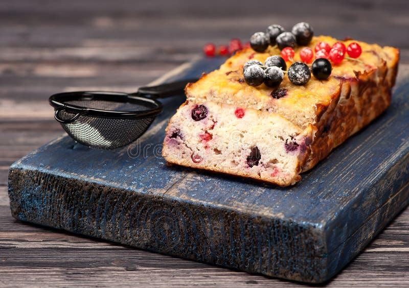 Dolce con le bacche Il glutine libera immagini stock