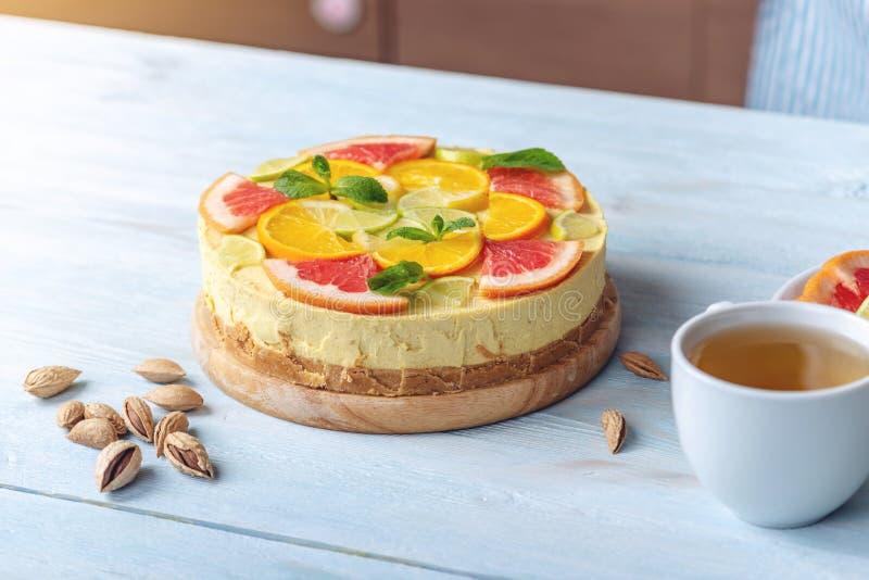 Dolce crudo dell'agrume con il pompelmo, l'arancia, la limetta ed il limone Dessert fresco sano di estate Glutine libero, nessun  fotografie stock