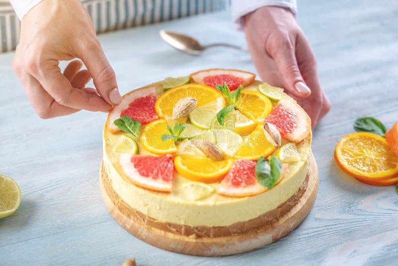 Dolce crudo dell'agrume con il pompelmo, l'arancia, la limetta ed il limone con i dadi e la menta Dessert fresco sano di estate immagini stock libere da diritti