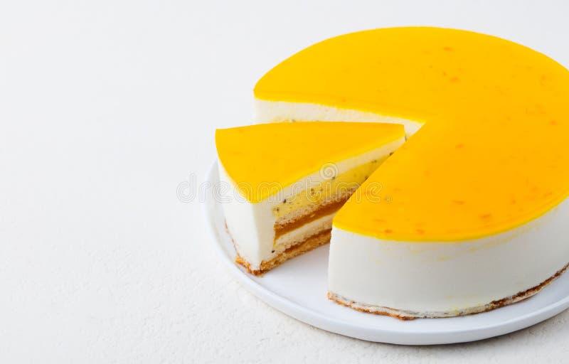 Dolce del frutto della passione, dessert della mousse su un piatto bianco Copi lo spazio fotografie stock