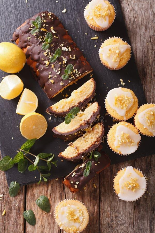 Dolce del limone con i muffin del limone e del cioccolato con glassare fine immagini stock