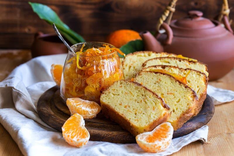 Dolce del mandarino con tè immagine stock