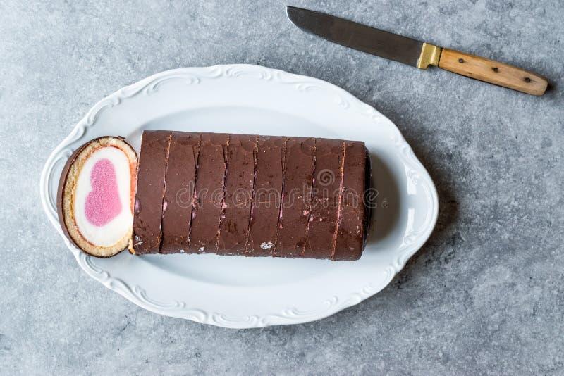 Dolce del rotolo a forma di cuore del gelato con vaniglia e cioccolato fotografie stock libere da diritti