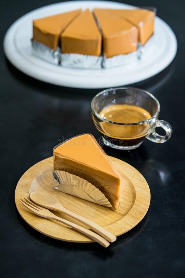 Dolce del tè sul piatto di legno con fondo nero fotografia stock
