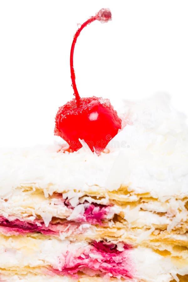 Dolce delizioso con la ciliegia e le noci di cocco del cocktail immagini stock libere da diritti