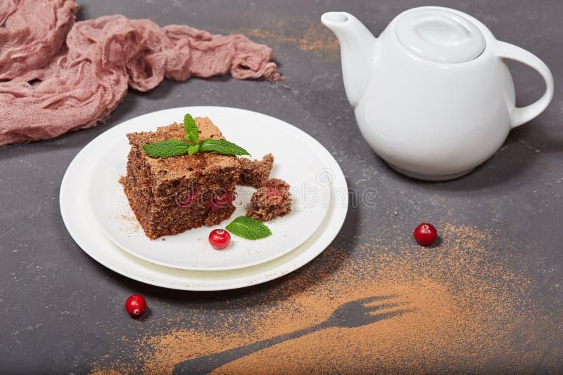 Dolce delizioso del biscotto del cioccolato con i mirtilli rossi immagini stock
