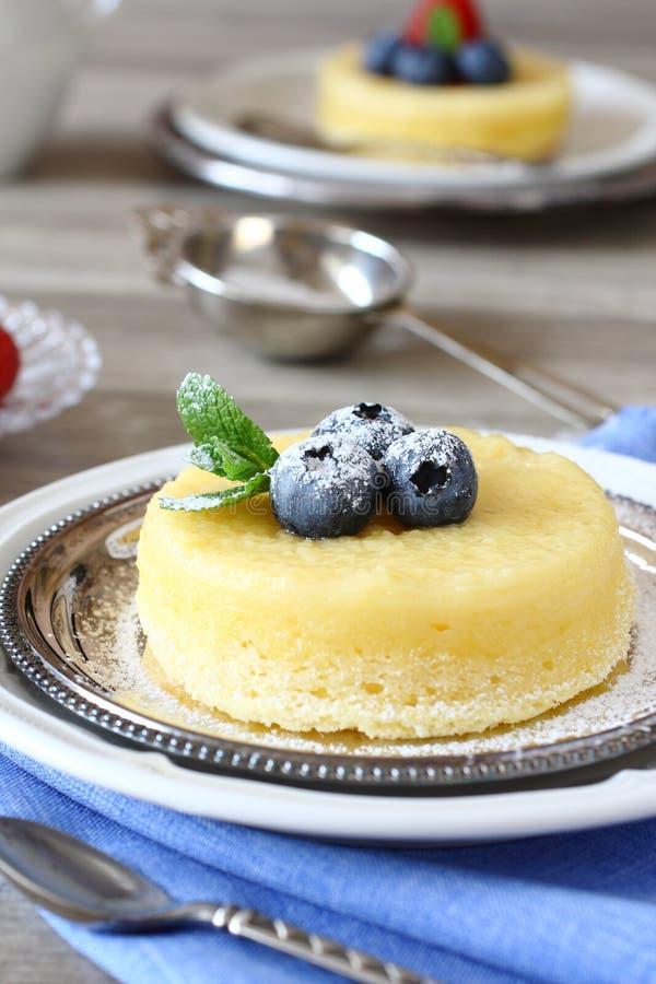 Dolce delizioso del budino del limone servito con le bacche fotografia stock libera da diritti