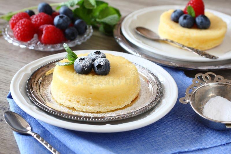 Dolce delizioso del budino del limone servito con le bacche fotografia stock