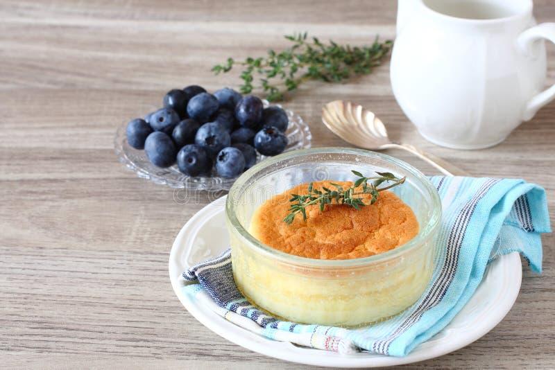 Dolce delizioso del budino del limone servito in ramekins fotografia stock
