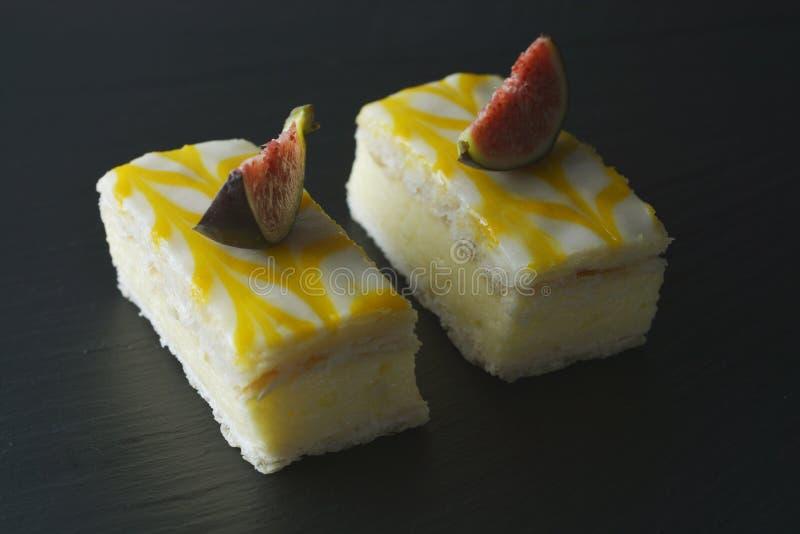 Dolce dell'acquerugiola del limone, dessert del dolce della crosta del limone sopra fondo nero fotografia stock