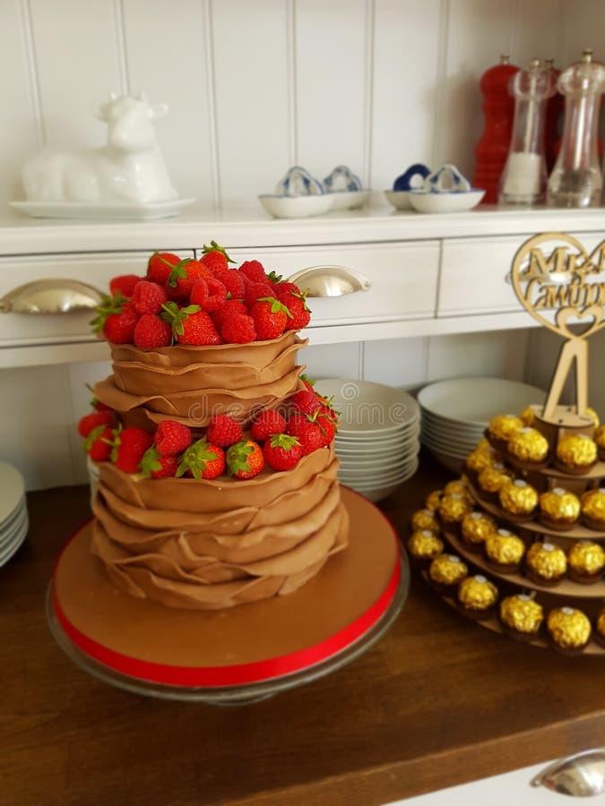 Dolce dell'increspatura della bacca e del cioccolato fatto per le nozze d'annata fotografie stock libere da diritti