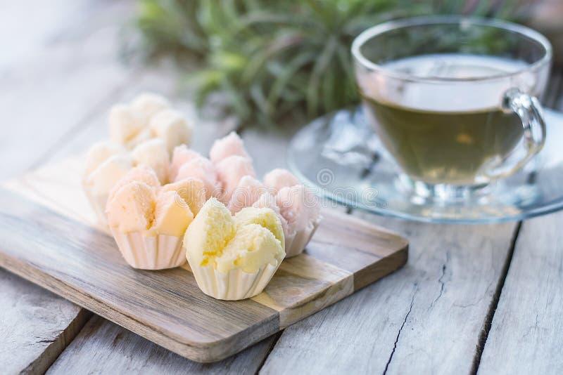 Dolce dell'ovatta sul dessert di legno e tailandese, bigné cotto a vapore tailandese immagine stock libera da diritti