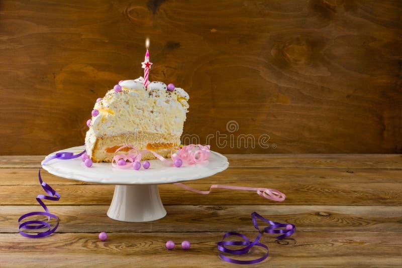 Dolce della meringa di compleanno sulla tavola di legno immagini stock libere da diritti