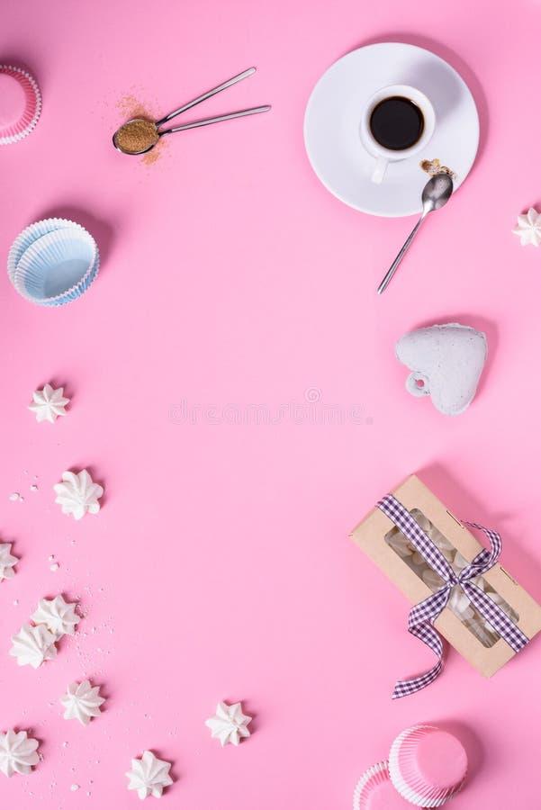 Dolce della meringa e del caffè su fondo rosa Vista superiore, spazio della copia Struttura del menu del caffè romantico fotografia stock