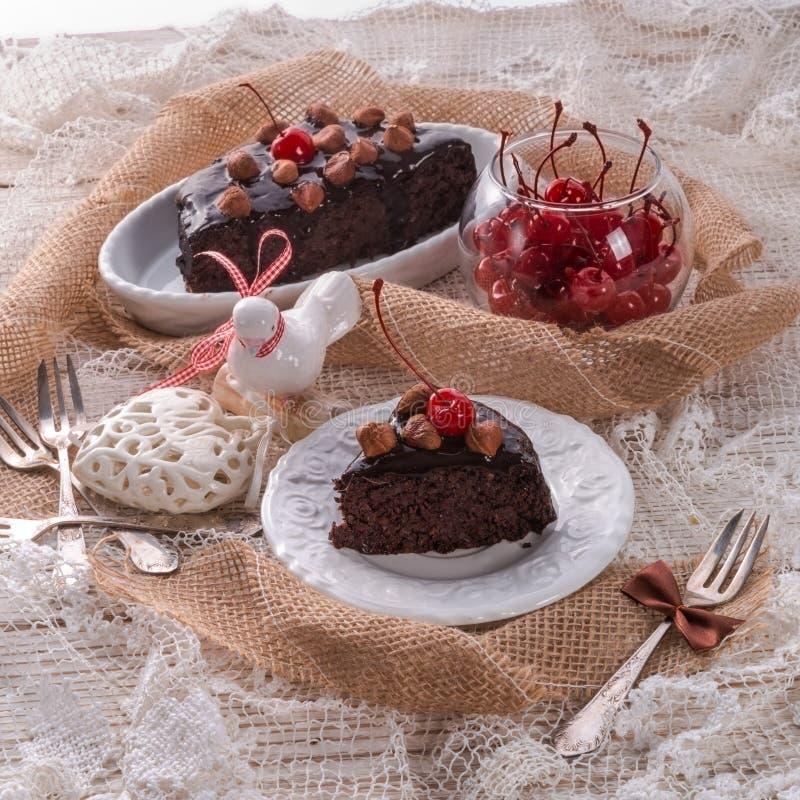 Dolce della noce del cioccolato con le ciliege fotografia stock