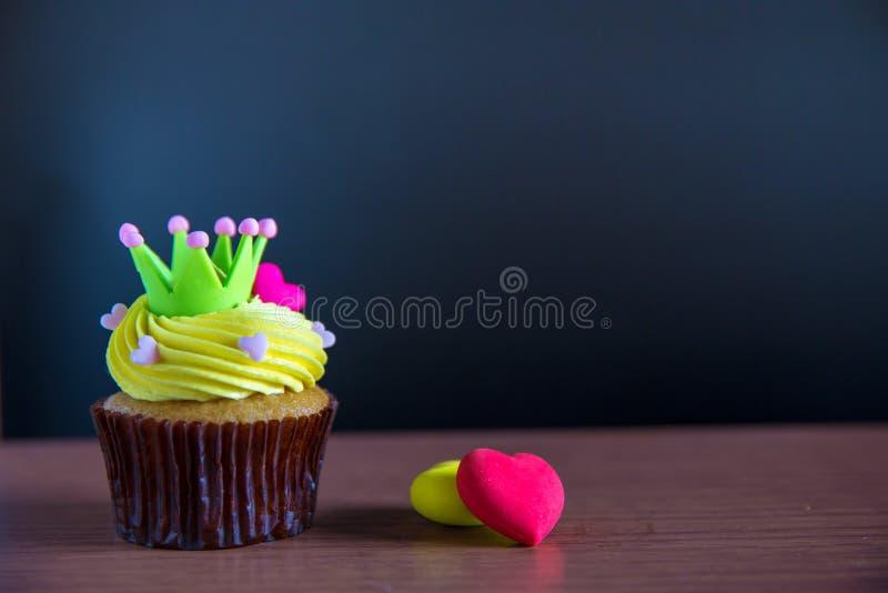 Dolce della tazza di compleanno con crema gialla e cuore per i biglietti di S. Valentino di amore fotografie stock libere da diritti