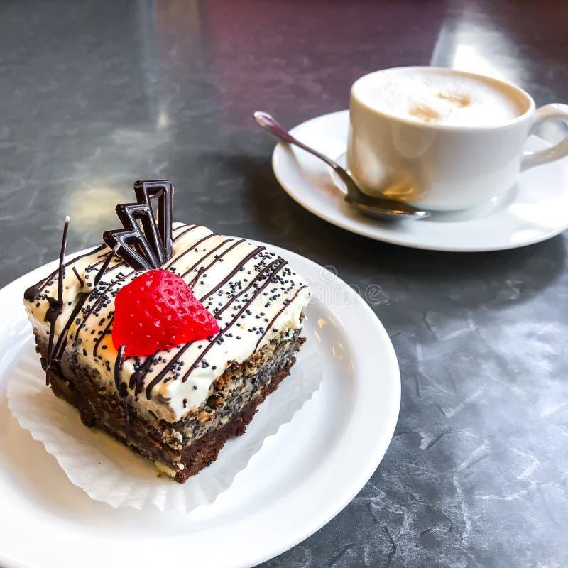 Dolce dolce, dessert con crema e semi di papavero, caffè immagine stock