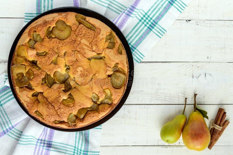 Dolce di Charlotte della pera condito biscotto al forno domestico con cannella immagine stock libera da diritti