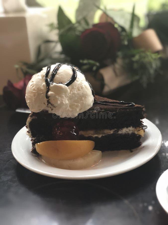 Dolce di cioccolato con gelato alla vaniglia immagine stock