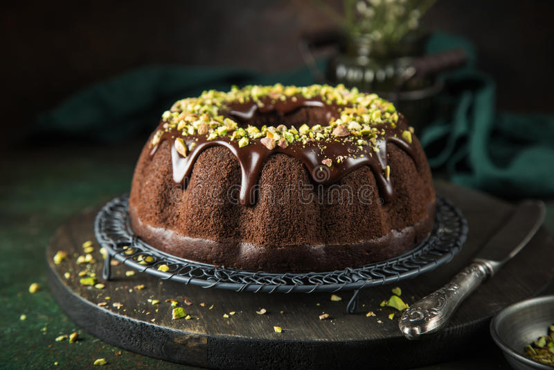 Dolce di cioccolato con la glassa ed i pistacchi del cioccolato fotografia stock libera da diritti