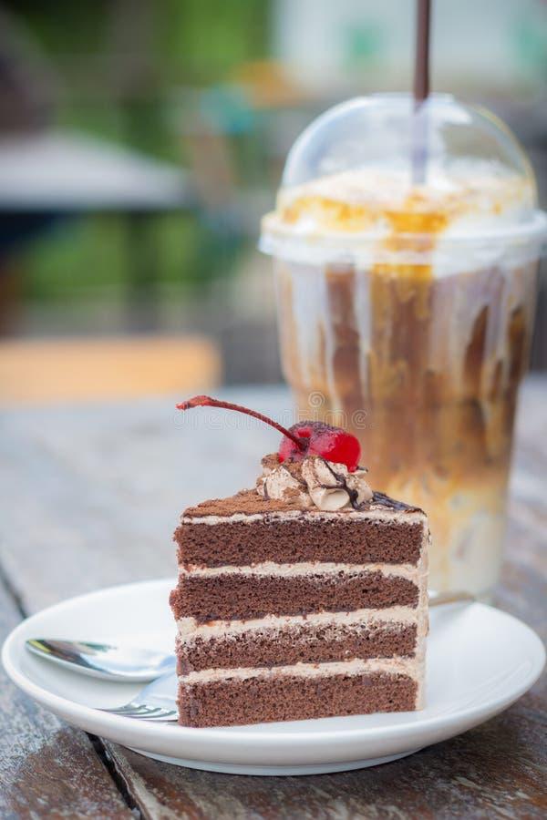 Dolce di cioccolato con la guarnizione della ciliegia e la moca del caffè di ghiaccio fotografia stock libera da diritti