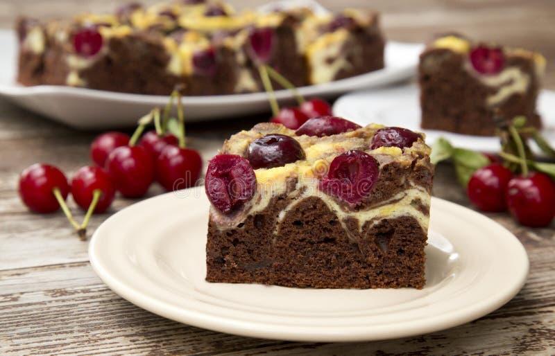Dolce di cioccolato con le ciliege fotografia stock libera da diritti
