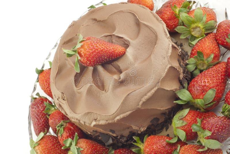 Dolce di cioccolato con le fragole su bianco fotografie stock