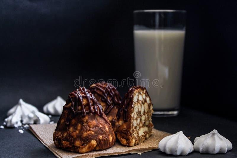 Dolce di cioccolato del formicaio con latte e meringa, primo piano Su fondo scuro immagine stock