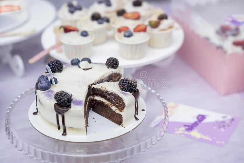 Dolce di cioccolato delizioso con crema e more e confetteria appetitosa differente, dessert fresco di estate fotografia stock