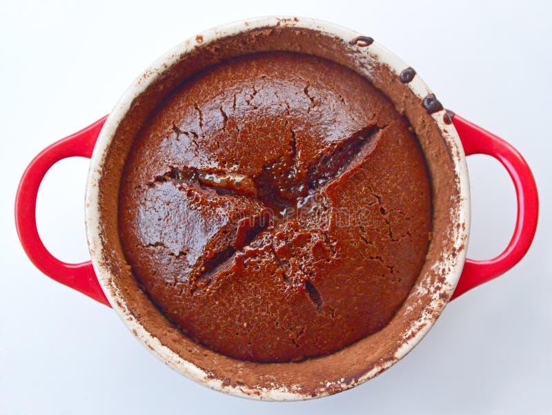 Dolce di cioccolato fuso su una pentola rossa del ghisa immagine stock libera da diritti