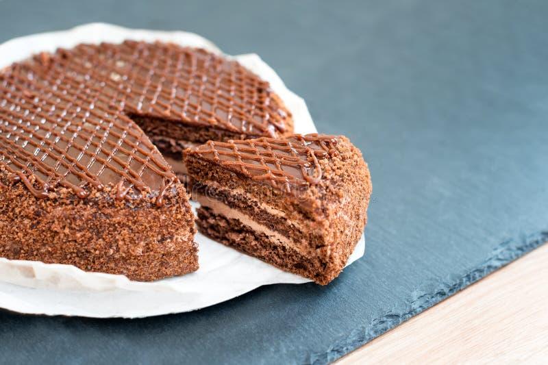 Dolce di cioccolato saporito affettato sulla tavola dell'ardesia Fermi il concetto di dieta, il rivestimento e l'estremità per al immagini stock libere da diritti