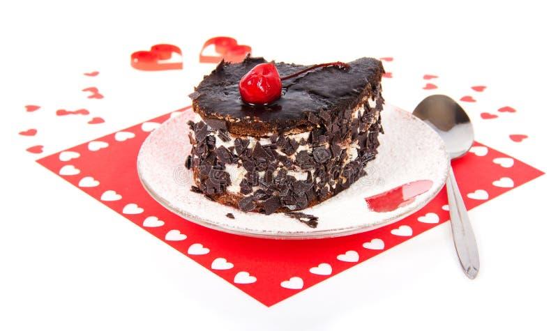 Dolce di cioccolato su un tovagliolo rosso con i cuori immagine stock