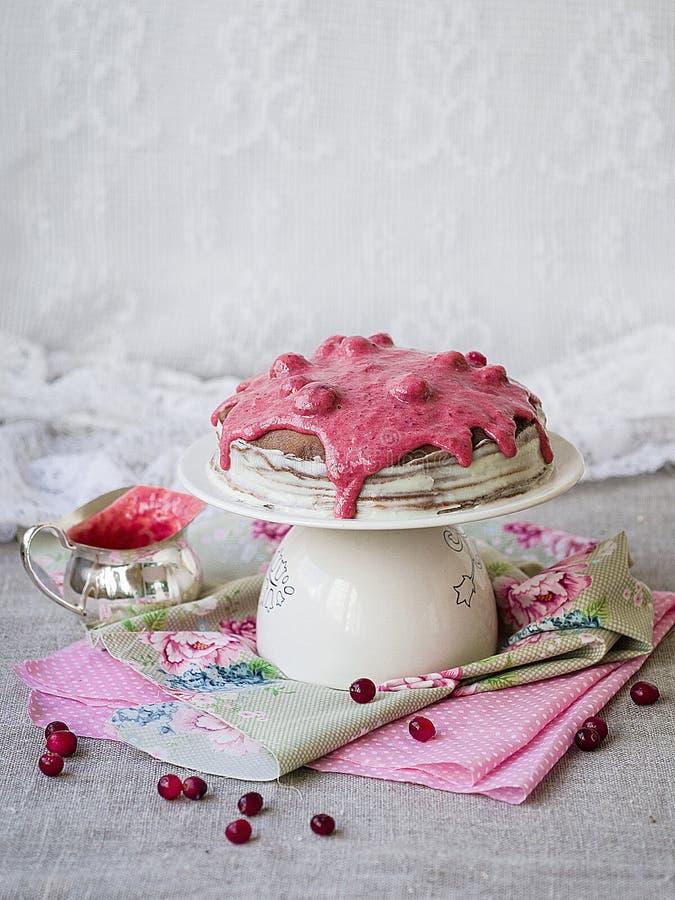 Dolce di crêpe del cioccolato con con la crema ed il mirtillo rosso della cagliata che completano su un supporto Settimana del pa immagini stock libere da diritti