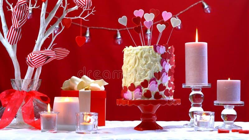 Dolce di giorno del ` s del biglietto di S. Valentino e tavola felici del partito fotografia stock
