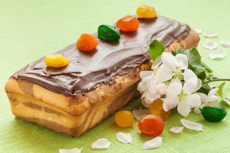 Dolce di marmo della libbra con la glassa del cioccolato ed i frutti caramellati fotografia stock libera da diritti