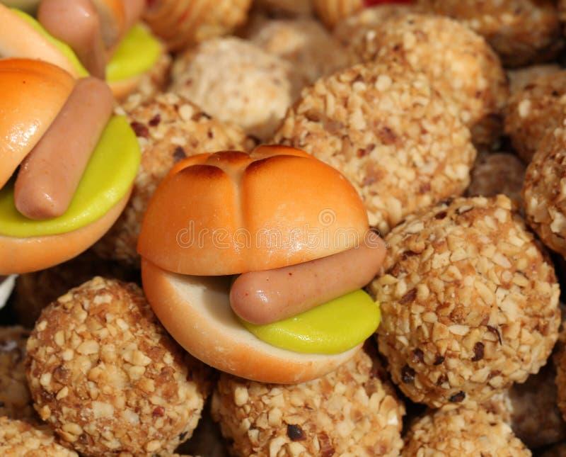 Dolce di marzapane con una salsiccia e molti biscotti fotografie stock libere da diritti