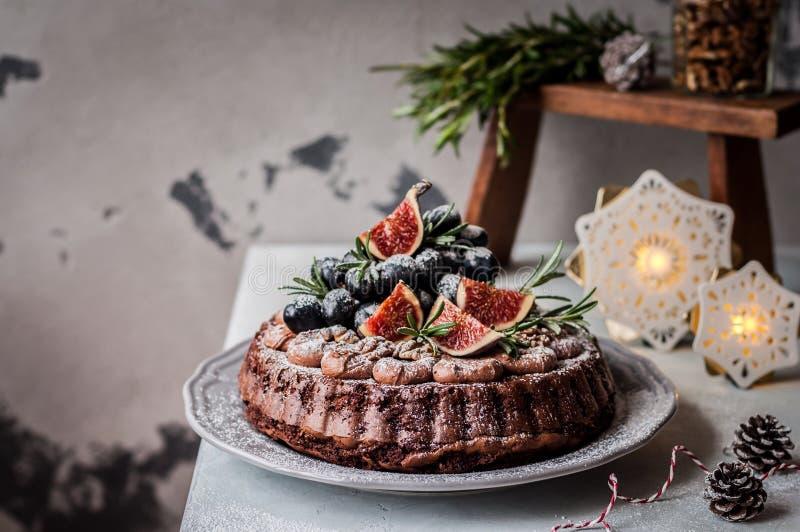 Dolce di Natale del cioccolato con i frutti ed i dadi fotografie stock